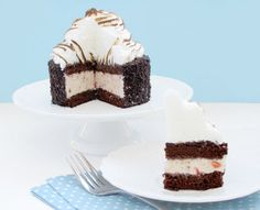 Chocolate Strawberry Baked Alaska ~ Cake, ice cream, torched meringue all in one dessert! I've never tried my hand at Baked Alaska, but tomorrow may be the day! Almond Recipes, Baking Recipes, Cake Recipes, Dessert Recipes, Frozen Cake, Frozen Desserts, Frozen Treats, Cupcake Frosting Recipes, Cupcake Cakes