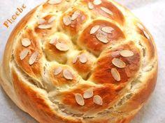 Τσουρέκι στρογγυλό Greek Sweets, Doughnut, Hamburger, Easter, Bread, Cooking, Desserts, Food, Yoga Pants