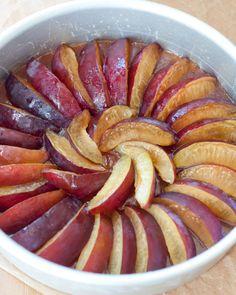 Plum Upside Down Cake - Bakingdom Banana Recipes Indian, Plum Recipes, Desert Recipes, No Sugar Desserts, Cookie Desserts, Just Desserts, Plum Torte, Plum Cake, Fruit Cakes