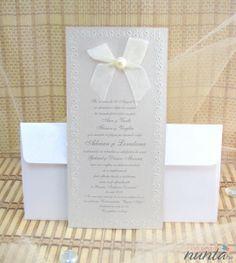 Invitatie de nunta moderna, argintie, cu floricele si funda cu perla.