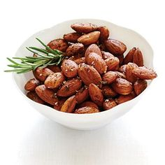 Roasted Rosemary Almonds - Fresh rosemary gives wonderful fragrance and flavor to this roasted almond recipe, and chili powder provides just the right amount of spiciness. Serve to party guests or as an everyday snack. Low Calorie Snacks, Healthy Snacks, Healthy Eating, Healthy Recipes, Healthy Eyes, Healthy Menu, Nutritious Snacks, Eating Clean, Yummy Snacks