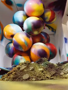 Katharina Grosse, Pigmentos Para Plantas y Globos / 2008 / acrylic on balloons, soil, wall, floor / cm / Vitoria-Gasteiz / installation Abstract Sculpture, Sculpture Art, Abstract Art, Daniel Richter, Blinds For You, Recycled Art, Installation Art, Art Installations, Land Art