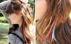 Eu surtei quando essas plumas coloridas chegaram na redação. Já tinha visto algumas meninas usando, mas não fazia ideia de como ficaria em mim. Juntei algumas cores de que gosto e… Tcharãm… AMEI o resultado. Aliás, não sou só eu! Olha só quantas it girls aderiram ao visual: Alerta de tendência: plumas coloridas para o cabelo! - Karol com K - CAPRICHO