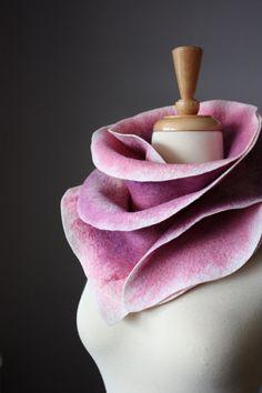 Esta hermosa bufanda delicada se hace con el tradicional wet felting técnica. Cuenta con una hermosa combinación de colores de lana Merino extra fina (Malva, rosa, lila) de pintados a mano la bufanda se ve muy bien de ambos lados. Tiene elegancia y confort, fácil de combinar y es el acento perfecto para ir con su capa primavera o de invierno favorito. ¡Envuélvete en el lujo fibra natural Merino! Tiene textura suave y será tu accesorio favorito para usar todo la temporada. Esta maravillosa…