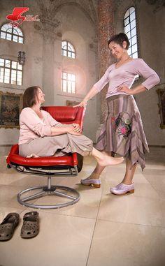 Zwei #Frauen / Freundinnen und der #Rote Sessel. Im #Kreuzherrnsaal #Memmingen. Girlfriends, Photoshoot