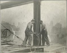 construction-Empire-State-Building-22  http://thechive.com/2013/07/02/vintage-construction-photos-of-the-empire-state-building-24-photos