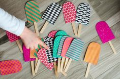 Make a simple popsicle memory. =) Make a simple popsicle memory. Easy Crafts, Diy And Crafts, Paper Crafts, Summer Diy, Summer Crafts, Diy For Kids, Crafts For Kids, Graduation Crafts, Craft Projects