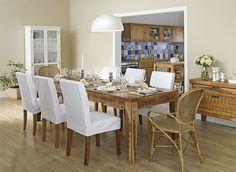 Tok&Stok Jantar O charme da madeira maciça é fundamental  em ambientes rústicos. (Iluminação baixa sobre a mesa de jantar)