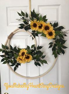Embroidery hoop wreath Embroidery Hoop Crafts, Diy Wreath, Wreath Bows, Wreath Crafts, Holiday Wreaths, Christmas Decorations, Wedding Decorations, Summer Wreath, Double Door Wreaths