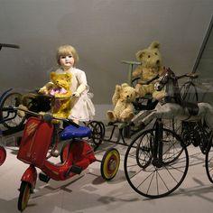 Teddy bears and doll in Nuremberg toy museum. #teddybear #dolls