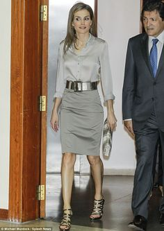 Queen Letizia attended the opening of the summer courses of the international school of music of Principe de Asturias Foundation in Oviedo, Spain today. Royal Fashion, Star Fashion, Womens Fashion, Office Fashion, Work Fashion, Chic Outfits, Fashion Outfits, Style Royal, Queen Letizia