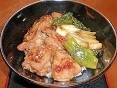 「フライパンで作る簡単焼き鳥丼」フライパン一つでできる、簡単焼き鳥丼です。少し濃いめの味付けになっています。好みで醤油を減らしてください。丼なので、美味しかったです。【楽天レシピ】