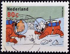 """PAÍSES BAJOS - CIRCA 1999: Un sello impreso en Holanda, muestra una ilustración del libro """"Exploradores en la Luna"""", con Tintín, Milú, en los trajes espaciales, alrededor del año 1999"""