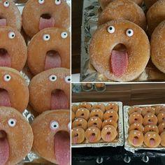 Donut traktatie  Online eetbare oogjes besteld. Zure lappen als tong en ogen vast gezet met glazuur. .