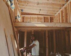Para evitar aluguel em faculdade, rapaz cria sua própria casa sobre rodas