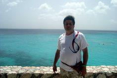 Curaçao, insula scaldata in ape de smarald:  - impresionanta limpezime a apelor de la Cas Abou, Kenapa sau Porto Mari   - cateva ore de snorkeling in apele de la Porto Mari sau Kenapa dar si de la Breezes sau Marriot;  - o seara in cluburile din Salinas sau o petrecere pe plaja Mambo Beach;- un lobster thermidor la Lobster House in Salinas, cel mai bun restaurant cu specific marin de pe insula;  - un Blue Curaçao sorbit pe plaja sub mangaierea brizei mangaierea brizei caraibiene