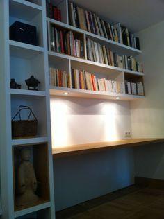Colonne bibliothèque et étagère avec spots intégrés.