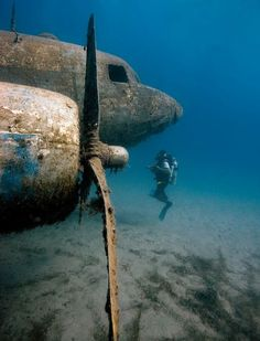 Airplane under the sea Avião sob o mar ◉ re-pinned by http://www.waterfront-properties.com/
