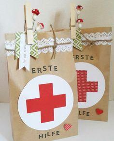 Erste-Hilfe-Päckchen für die Prüfungen   Ideen für den Inhalt: - Trinkpäckchen - Traubenzucker - kleine Schokolade - Küsschen - Bleistift mit Radiergummi - Power-Müsliriegel - Studentenfutter