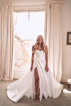 Chantelle's Wedding - Mariana HardwickMariana Hardwick Wedding Dress Trends, Minimal Wedding Dress, Dream Wedding Dresses, Wedding Gowns, Wedding Bells, Bridal Dresses, Wedding Pics, Modern Wedding Dresses, Classy Wedding Dress
