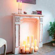 Diese weiße Holzkonsole im Vintage-Look könnte auch in einem französischen Chalet stehen. Mit ein paar unterschiedlich großen Stumpenkerzen dekoriert, entsteht hier eine stilvolle und sehr behagliche Kaminzimmer-Atmosphäre. http://wohnen-in-weiss.de/produkt/kaminkonsole-vintage/