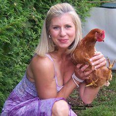 Guide et savoir-faire sur la garde des poules pondeuses en ville, banlieu et zone résidentielle. Ateliers et formations adapté au Québec et en français.