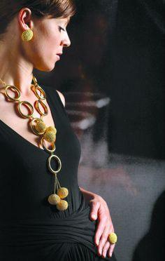 Collana ed orecchini in oro giallo. Finitura: oro lucido e granulazione.