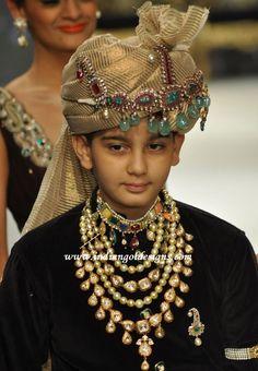 The royal Indian attire. Royal Indian, Indian Man, Indian Groom Wear, Indian Attire, Traditional Indian Jewellery, Bridal Jewelry, Gold Jewelry, Diamond Jewellery, Mens Jewellery