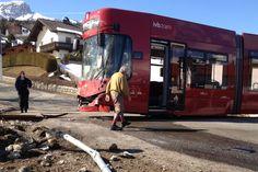 Tirol: Postbus mit Straßenbahn kollidiert http://tirol.orf.at/news/stories/2524558/