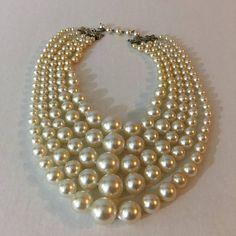 Hoi! Ik heb een geweldige listing op Etsy gevonden: https://www.etsy.com/nl/listing/531567670/vintage-pearl-bib-choker-necklace