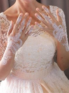 The white color on the skin creates a dreamy style, makes it both bold and classy at the same time. How long can it last? Mehndi Tattoo, Henna Tattoo Designs, Planer Cover, Indian Henna Designs, Boho Tattoos, Hawaiian Dancers, Henna Style, Henna Cones, Bridal Decorations