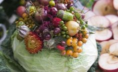 The today's project is about a DIY fall table centerpiece that features an arrangement of flowers and vegetables placed in a cabbage vase. Edible Centerpieces, Fall Table Centerpieces, Flower Centerpieces, Table Decorations, Hoya Plants, Spring Flowering Bulbs, Vegetarian Thanksgiving, Fall Bouquets, Vase Arrangements