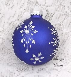 ideas to paint on christmas balls Handpainted Christmas Ornaments, Hand Painted Ornaments, Christmas Ornaments To Make, Diy Christmas Gifts, Christmas Art, Handmade Christmas, Holiday Crafts, Christmas Decorations, Diy Ornaments