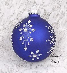 ideas to paint on christmas balls Handpainted Christmas Ornaments, Christmas Ornaments To Make, Hand Painted Ornaments, Diy Christmas Gifts, Christmas Art, Handmade Christmas, Holiday Crafts, Silver Ornaments, Diy Ornaments