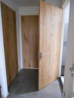 De eiken deuren op de overloop. Saint Sauveur, Entry Hallway, Modern Door, House Doors, Attic Rooms, Internal Doors, Built Ins, Home Remodeling, Tall Cabinet Storage