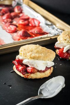 Strawberry Shortcakes with Roasted Strawberries Roasting fresh strawberries gives these homemade roasted strawberry shortcakes a little something special compared to the traditional version. Desserts To Make, Köstliche Desserts, Dessert Recipes, Vegetarian Recipes Easy, Cooking Recipes, Food Porn, Roasted Strawberries, Shortcake Recipe, Dessert Simple