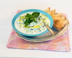 Tzatziki (pasta de iogurte e pepino) | Receita Panelinha: Comida de verdade inclusive no happy hour! Esta pastinha de iogurte caseiro com pepino é uma delícia e agrada todos os paladares.