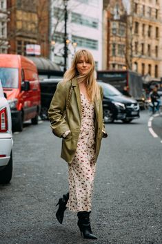 Jeanette Friis Madsen between the style exhibits. The submit London Fall 2020 Street Style: Jeanette Friis Madsen appeared first on STYLE DU MONDE London Fashion Weeks, New York Fashion, Casual Street Style, Street Chic, Dublin Street Style, London Stil, Foto Fashion, Daily Fashion, Paris Fashion