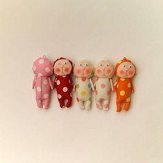 家に色んなはぎれ布が余っている人、活用に困ってませんか?インスタのタグ「#ハギレ」からおしゃれなリメイクアイデアを頂いちゃいましょう♪ Handmade Soft Toys, Handmade Gifts, Monster Dolls, Knitting For Kids, Soft Dolls, Doll Crafts, Cute Dolls, Fabric Dolls, Craft Work
