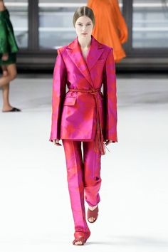 Carolina Herrera Fall 2020 Ready-to-Wear Fashion Show - Women's style: Patterns of sustainability Fashion Week, Fashion 2020, New Fashion, Runway Fashion, Fashion Show, Vintage Fashion, Fashion Outfits, Fashion Design, Fashion Trends