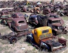 rusty wrecks old cars trucks , rostige wracks alte autos lastwagen Abandoned Cars, Abandoned Places, Abandoned Vehicles, Vintage Cars, Antique Cars, Vintage Auto, Wrecking Yards, Rat Look, Rusty Cars