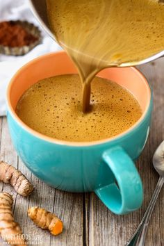Enjoy some nourishing Turmeric Hot Chocolate on cold winter days ! Love hot chocolate but looking for healthier option? Try Turmeric hot chocolate! This golden drink has anti-inflammatory properties and can be enjoyed in 5 minutes. Yummy Drinks, Healthy Drinks, Healthy Snacks, Yummy Food, Healthy Recipes, Drink Recipes, Hot Tea Recipes, Tasty, Fast Recipes