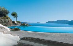 La vue de la piscine du Perivolas sur l'île de Santorin en Grèce est étonnante. Elle s'ouvre directement sur la caldera et se confond à l'horizon avec la couleur de la mer.