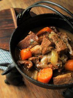 Galbi-jjim 갈비찜 (Korean Beef Short-rib Stew) Korean Beef Short Ribs, Short Rib Stew, Asian Beef, Rustic Food Display, Spicy Beef Stew, Beef Ribs, Winter Food, Korean Food, Chowder