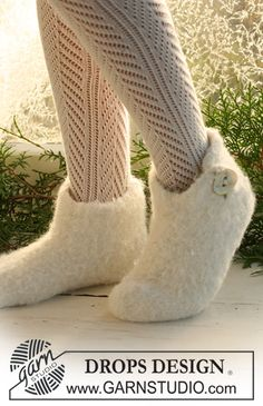 Felted DROPS Christmas slippers in 2 threads Alpaca. Free knitting pattern by DROPS Design. Knitting Patterns Free, Free Knitting, Free Pattern, Crochet Patterns, Finger Knitting, Scarf Patterns, Felt Patterns, Crochet Socks, Knitting Socks