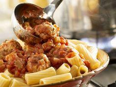 Pasta mit Putenhackbällchen in Tomatensauce ist ein Rezept mit frischen Zutaten aus der Kategorie Pute. Probieren Sie dieses und weitere Rezepte von EAT SMARTER!
