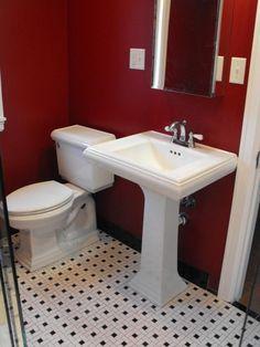 petite salle de bain en rouge et blanche lavabo porcelaine