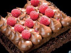 Una ricetta che non può lasciare indifferenti gli appassionati di cioccolato. Quelli che lo amano tutto l'anno, quelli che devono sempre averlo in vetrina… In fondo tutto nasce da una c…