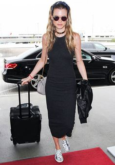 Look aeroporto da modelo Behati Prinsloo com vestido midi + choker.