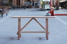 福岡県吉井町の家具メーカー「杉工場(すぎこうじょう)」で出会った、年季の入った屋台椅子とベンチに一目惚れして、復刻していただきました。杉の質感と、その変化がたっぷり楽しめる、無塗装の仕上げです。 Tw